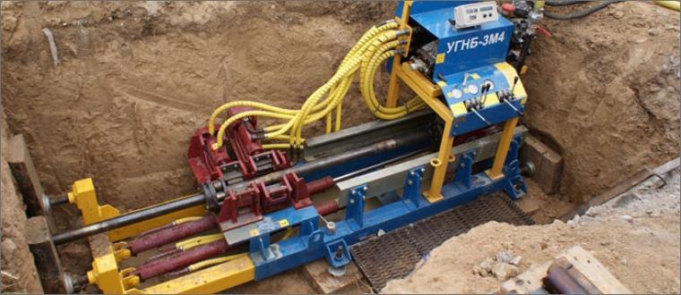 Прокладка трубопроводов под или над другими подземными коммуникациями, под зданиями и сооружениями ниже их фундаментов;